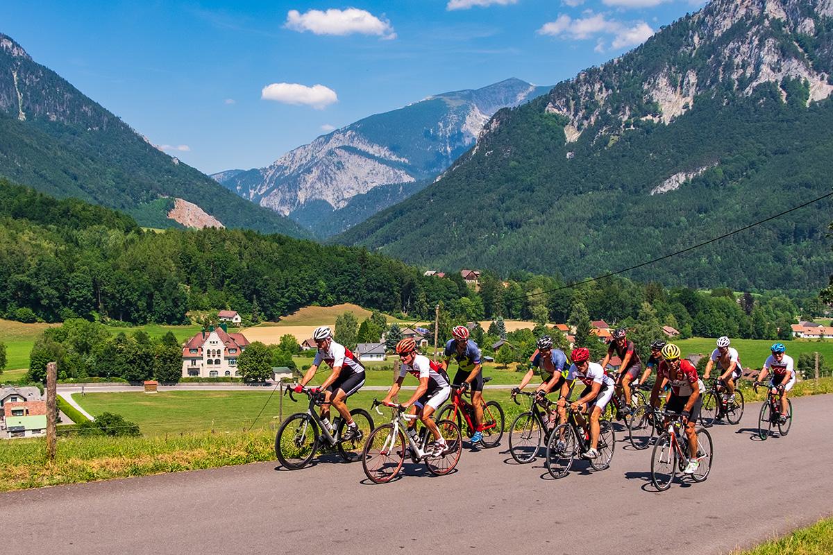 Rennradfahrer im Anstieg auf den Semmering